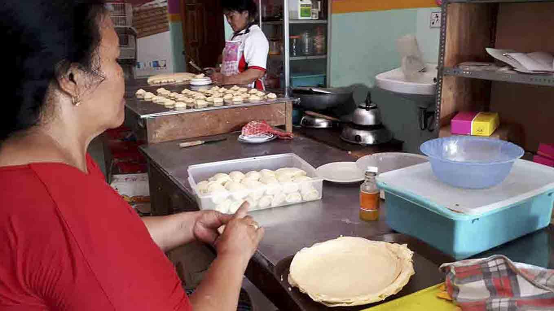 Produksi jajanan tradisional alternatif roti